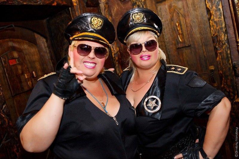 Толстушки-стриптизерши в образе полицейских