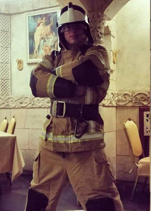 парень из стриптиз дуэта в образе пожарного